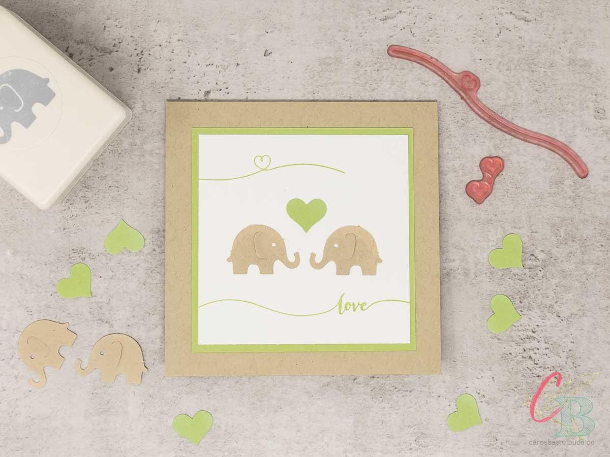 Hochzeitskarte mit Elefantenpärchen in Savanne und Farngrün