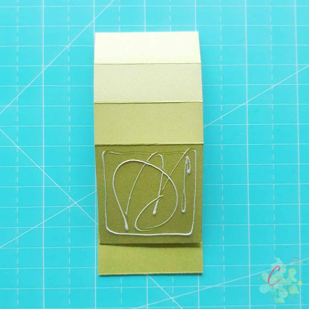 Die Quadrate werden auf den 23 x 5 cm Streifen geklebt.