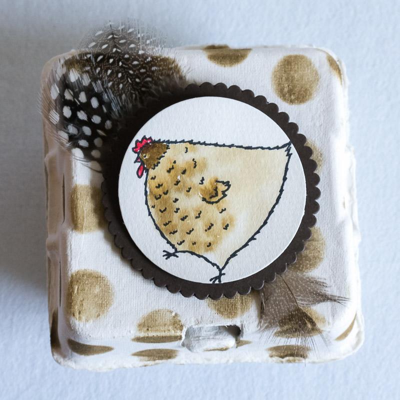 Kleiner, quadratischer Eierkarton in Naturtönen gestaltet mit Henne aus dem Set Das Gelbe vom Ei #CarosBastelbude