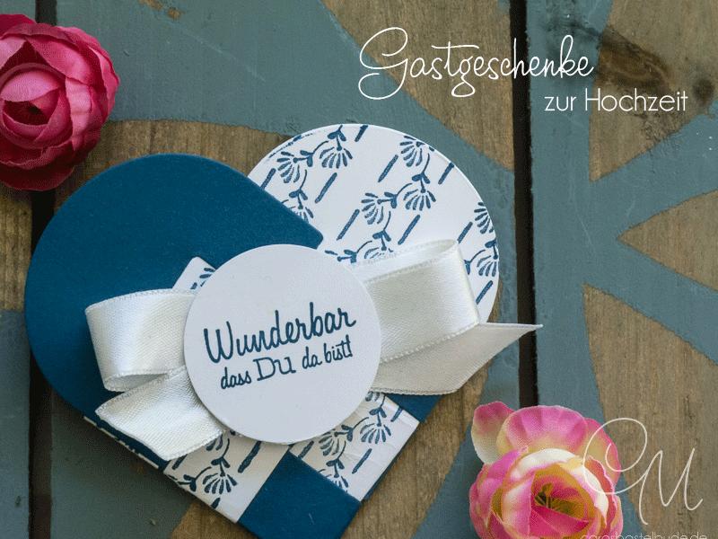 Jul Herzen als Gastgeschenke zur Hochzeit gestaltet in Jeansblau und Flüsterweiß. Den flüsterweißen Farbkarton habe ich mit dem Set Florale Grüße von Stampin' Up! bestempelt.