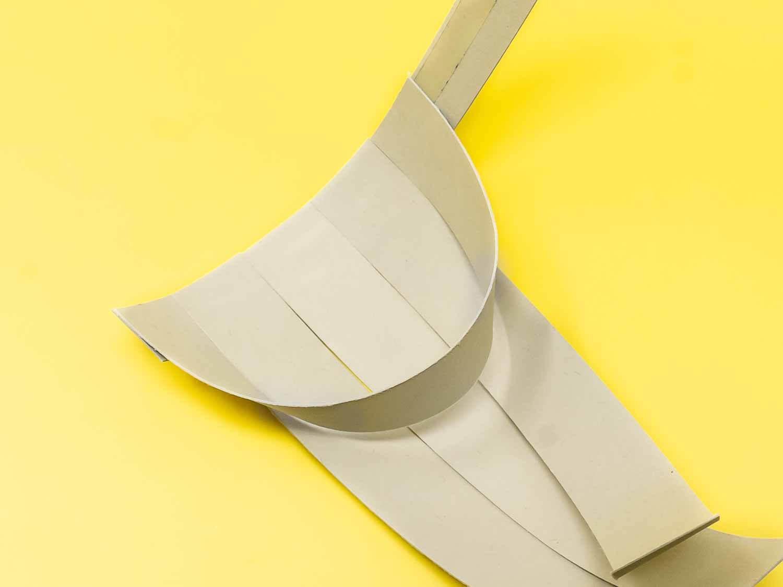 Das kleine Osterkörbchen aus fünf Papierstreifen zusammensetzen