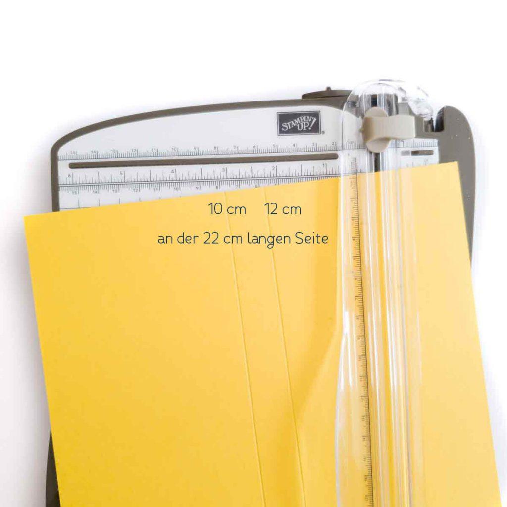Die Hülle für die Geschenkverpackung falzen bei 10 cm und 12 cm.