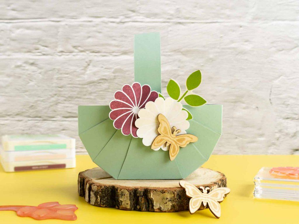 Osterkörbchen mit Blumen dekoriert, DIY Osterkörbchen