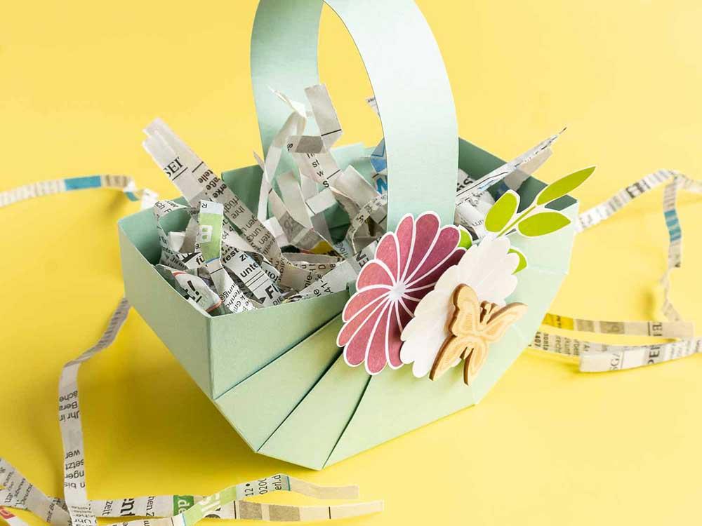Osterkörbchen mit Zeitungspapier gefüllt