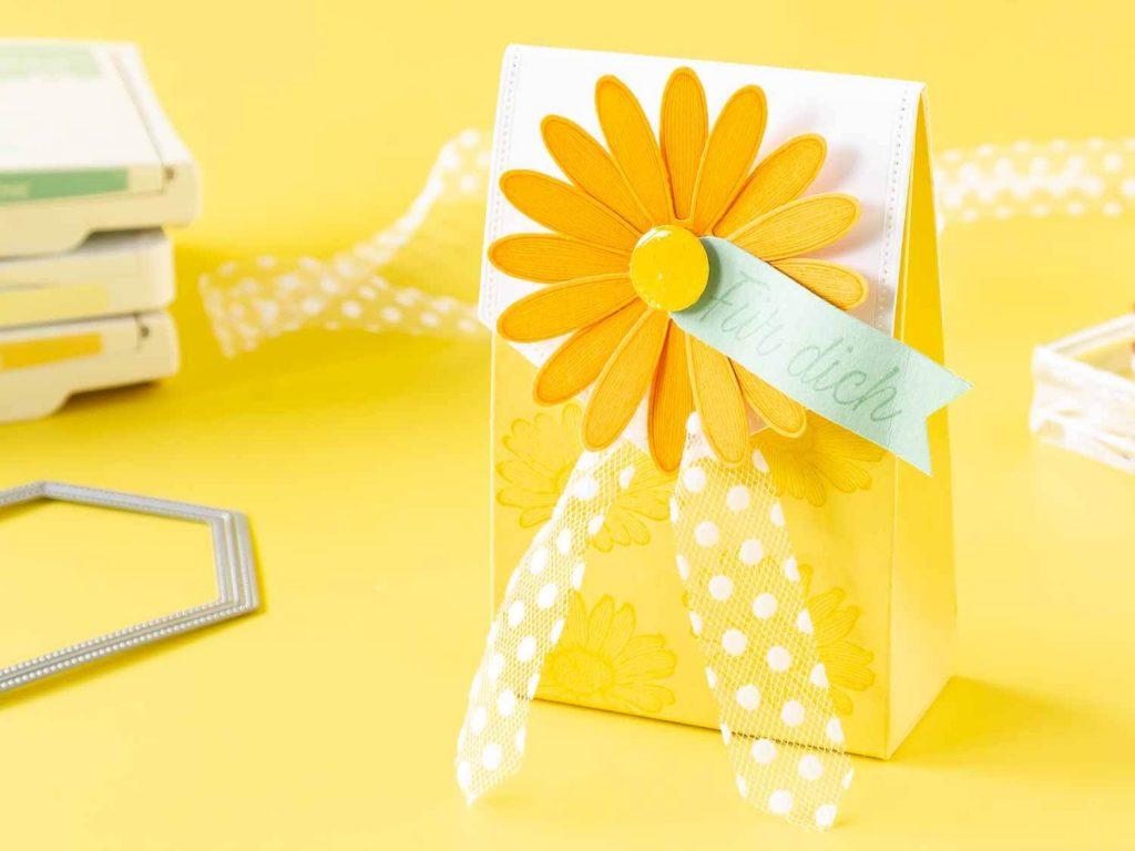 Kleine Geschenkverpackung zum Muttertag verziert mit Gänseblümchen
