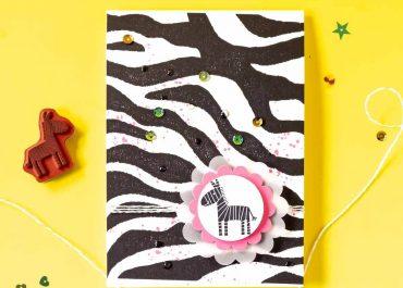 Mit einem Hintergrundstempel schnell gestaltete Glückwunschkarte im Zebra Look